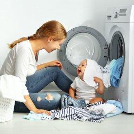 Tips & tricks: Cum speli hainele bebelusului tau pentru prima oara