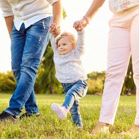 La ce varsta merg copiii? De ce unii prichindei fac primii pasi mai devreme decat altii