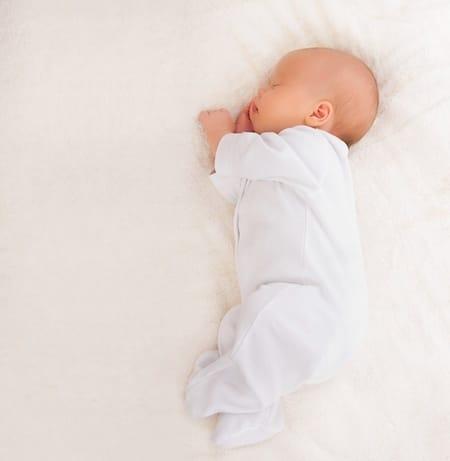 bebe nou nascut doarme