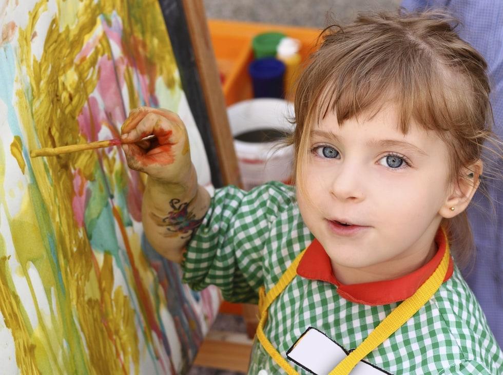 Fetita picteaza