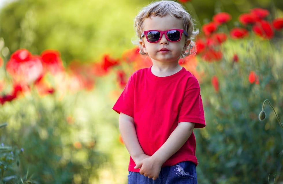 Baietel cu tricou rosu