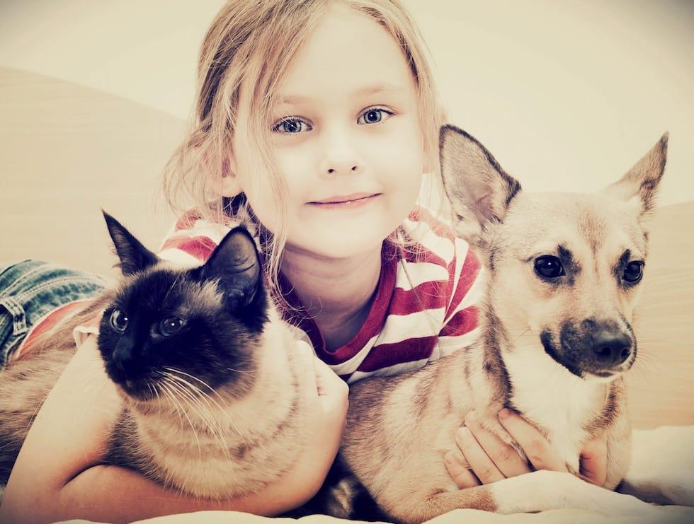 Fetita cu catelusul si pisica in brate 1