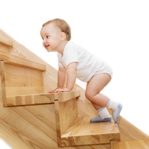 Bebe imbracat in body urca scari