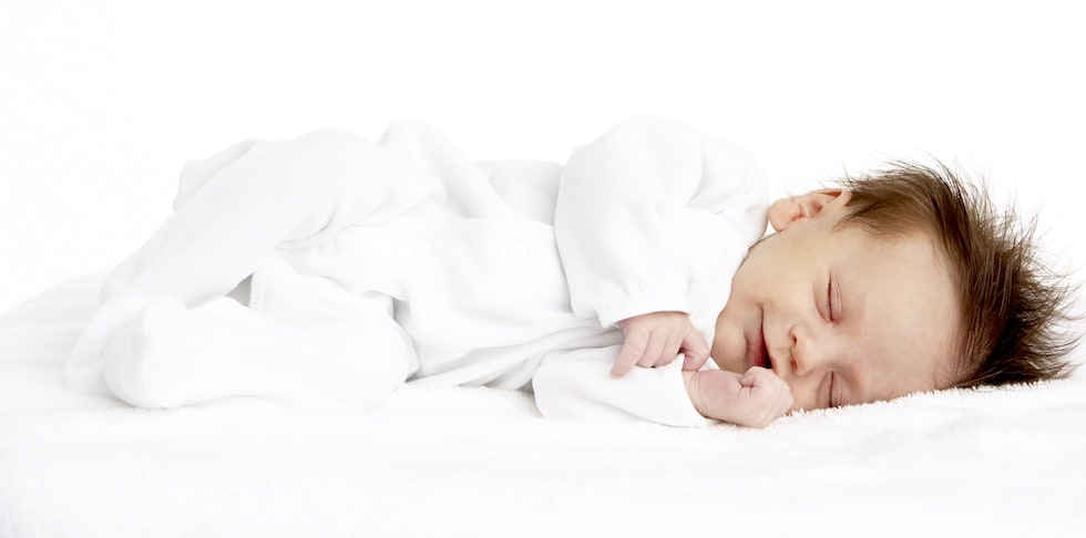 Nou nascut doarme in salopeta alba de la liloo
