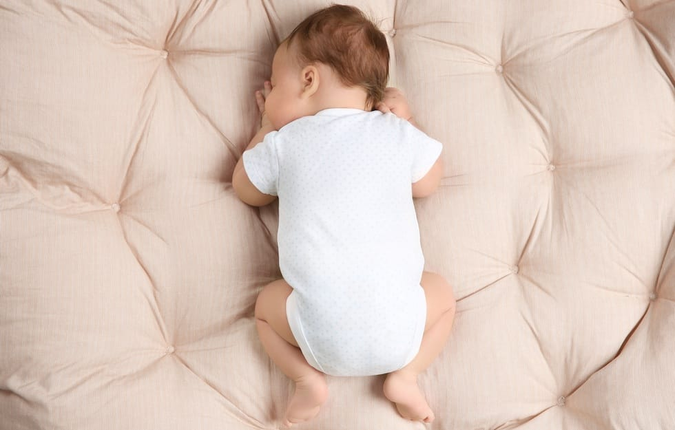 Bebe nou nascut doarme linistit pe burtica