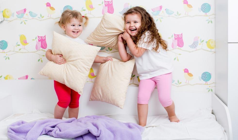 Fetite dragalase batandu-se cu perne