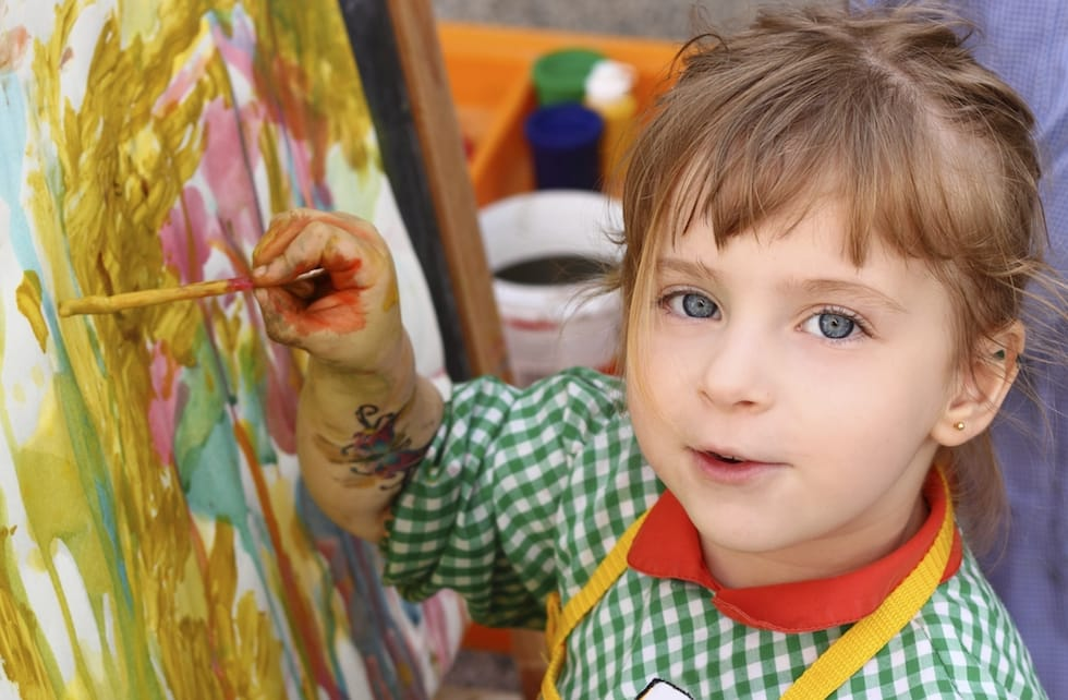 Fetita dragalasa care picteaza