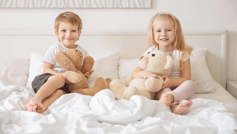 Fetita si baietel stand in pat