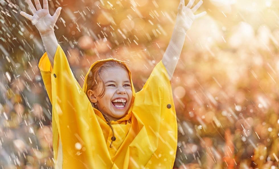 Fetita se bucura de ploaie