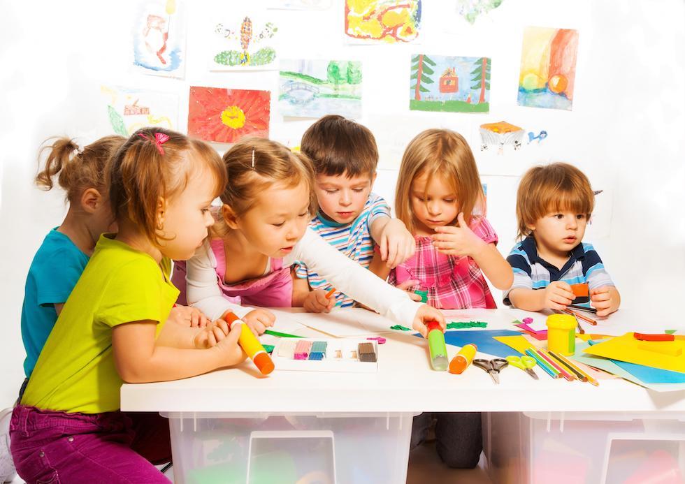 Copii se joaca si deseneaza la gradinita