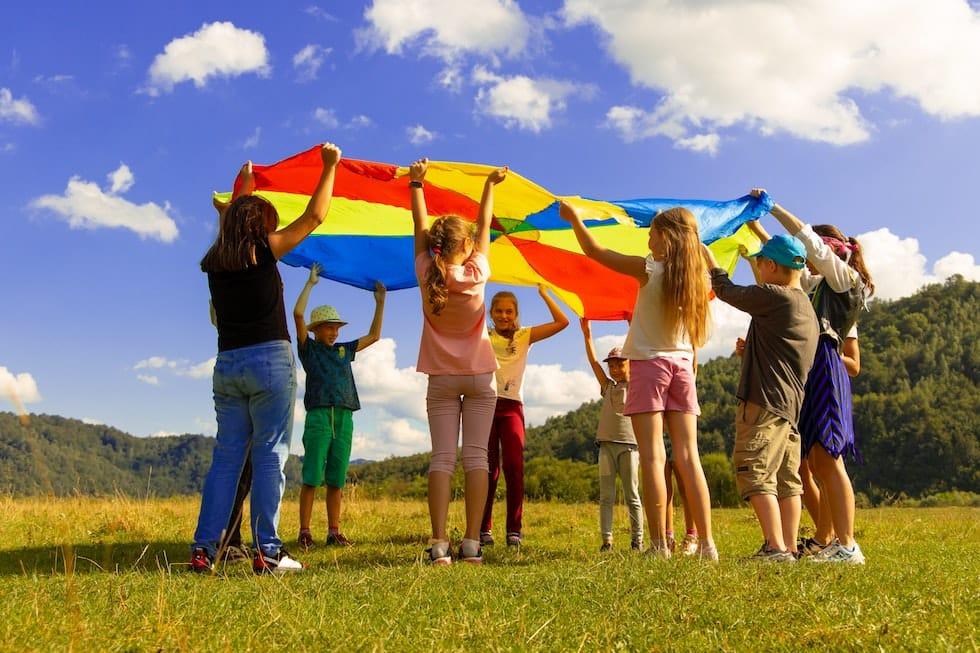 Copiii cu steagul in mana 1