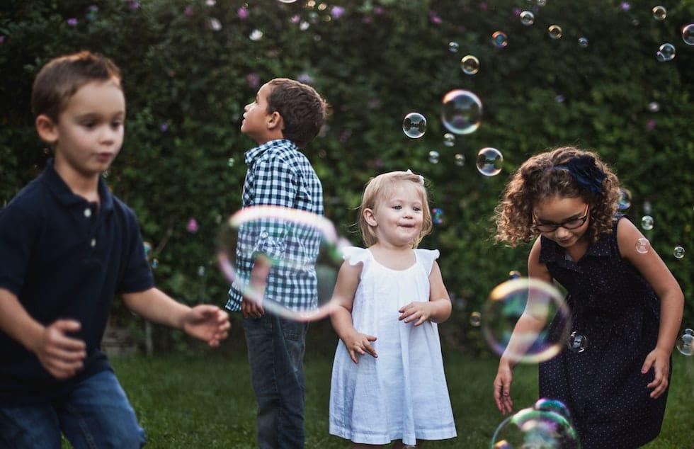 Copiii facand baloane