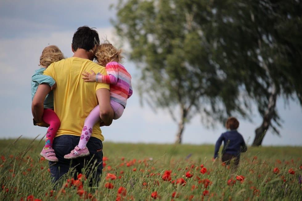 Copiii in lanul cu maci