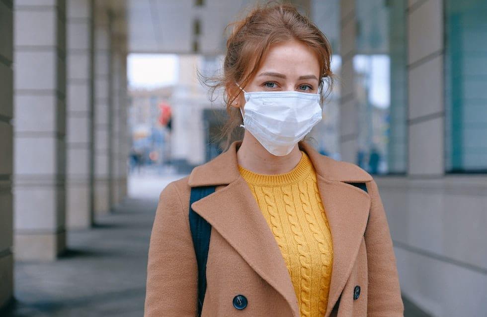 Femeie purtand masca de fata