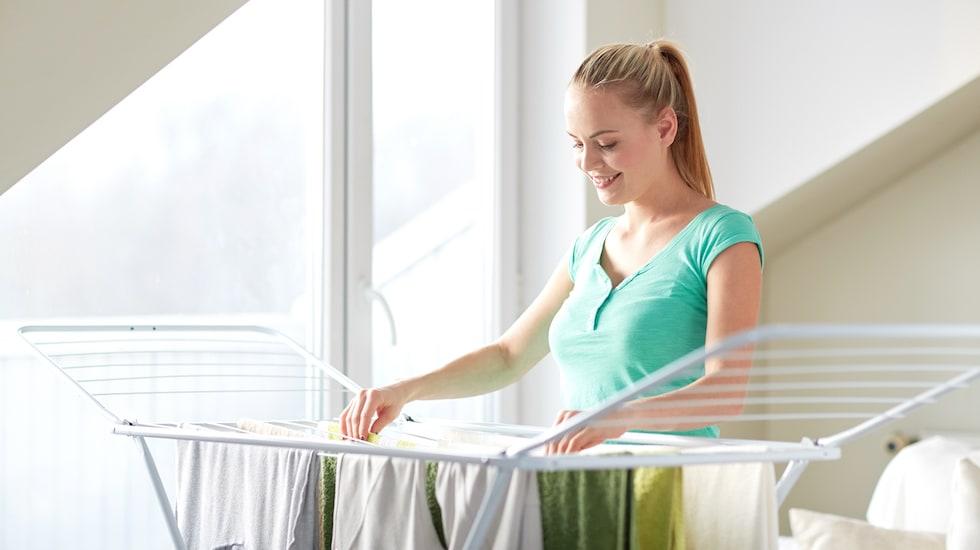 Uscarea rufelor pe hanger in casa - nu este bine sa faci ce face persoana din imagine