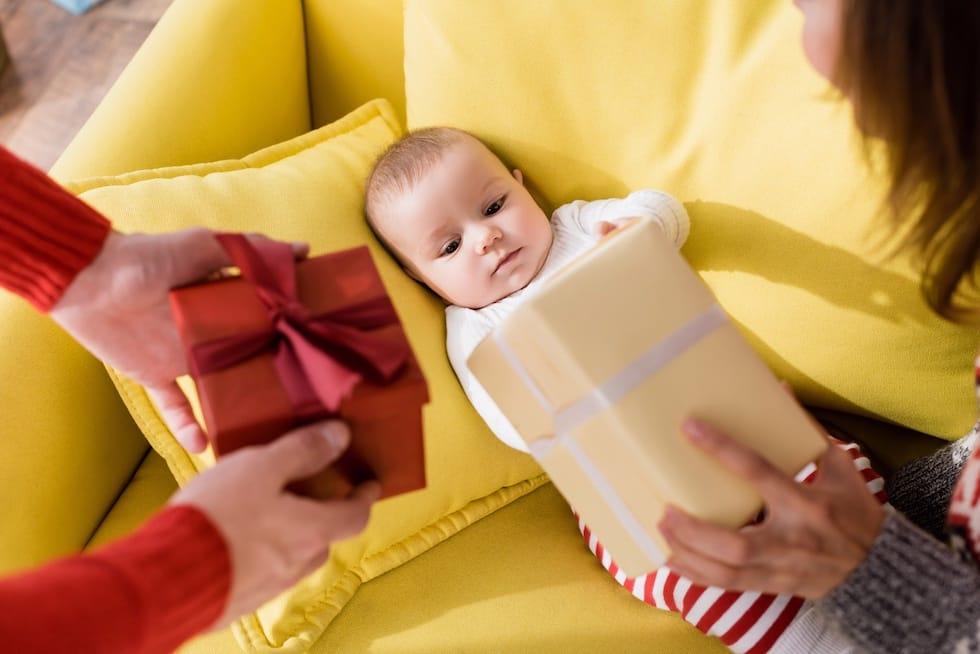 Bebe mic primind cadouri 1