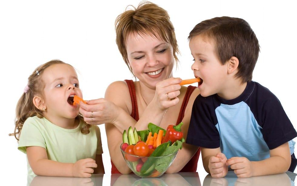 Copii mancand legume