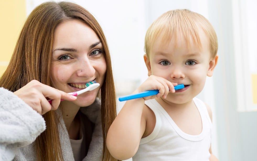 Mama si copilul se spala pe dinti