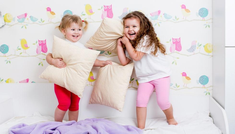 Copiii se joaca in pijamale