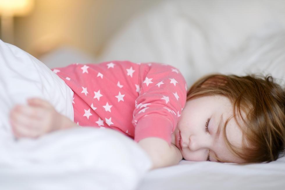 Fetita doarme linistita in pijamale cu stelute