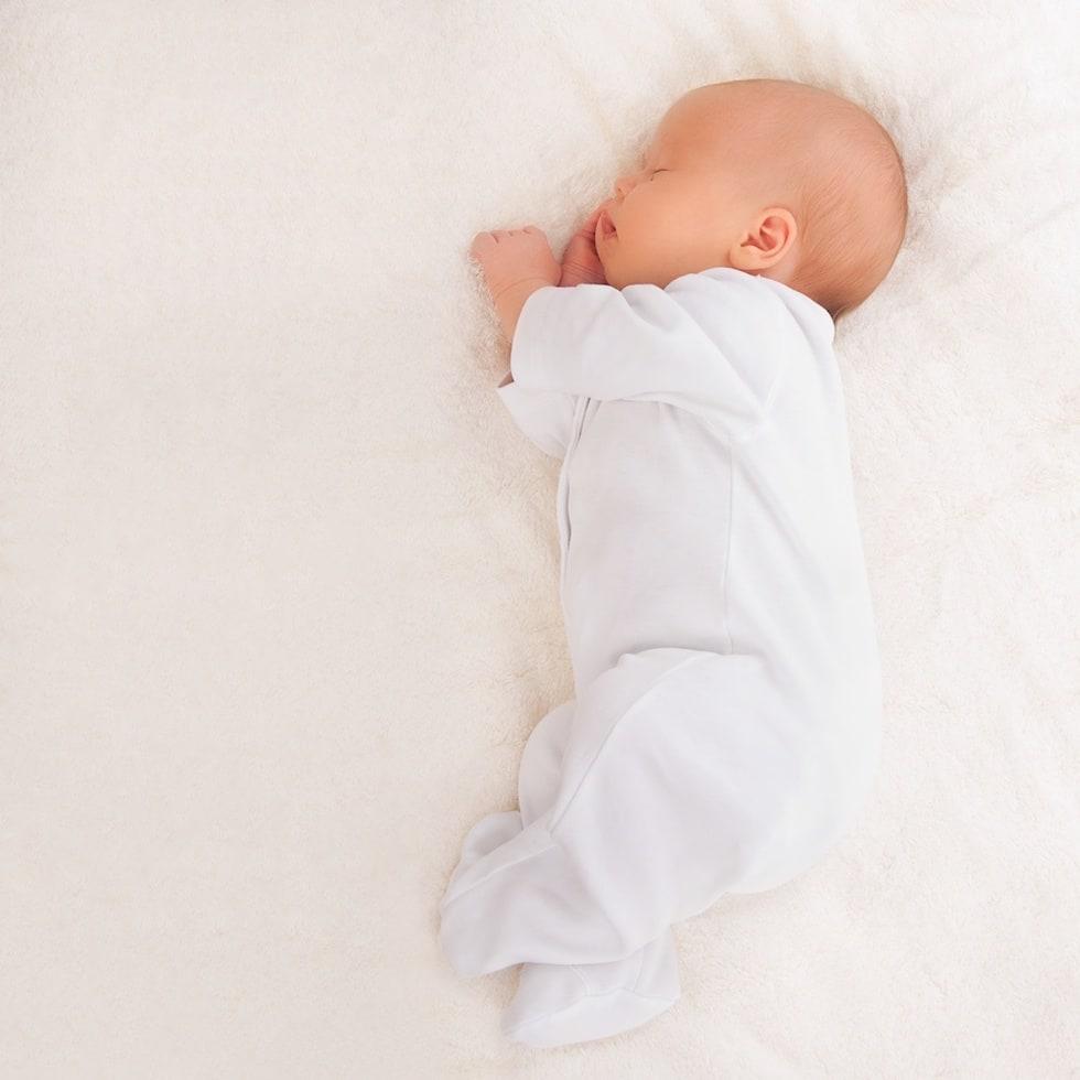 Bebe micut doarme linistit
