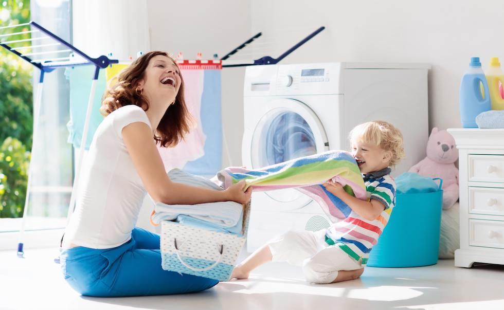Bebe o ajuta pe mama cu masina de spalat si uscat hainute