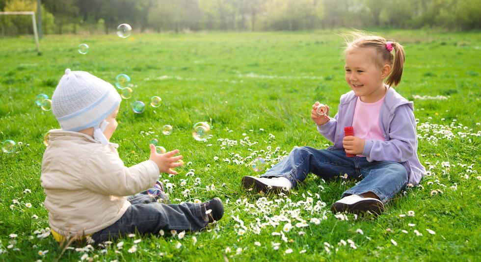 Copii jucandu-se cu baloane de sapun