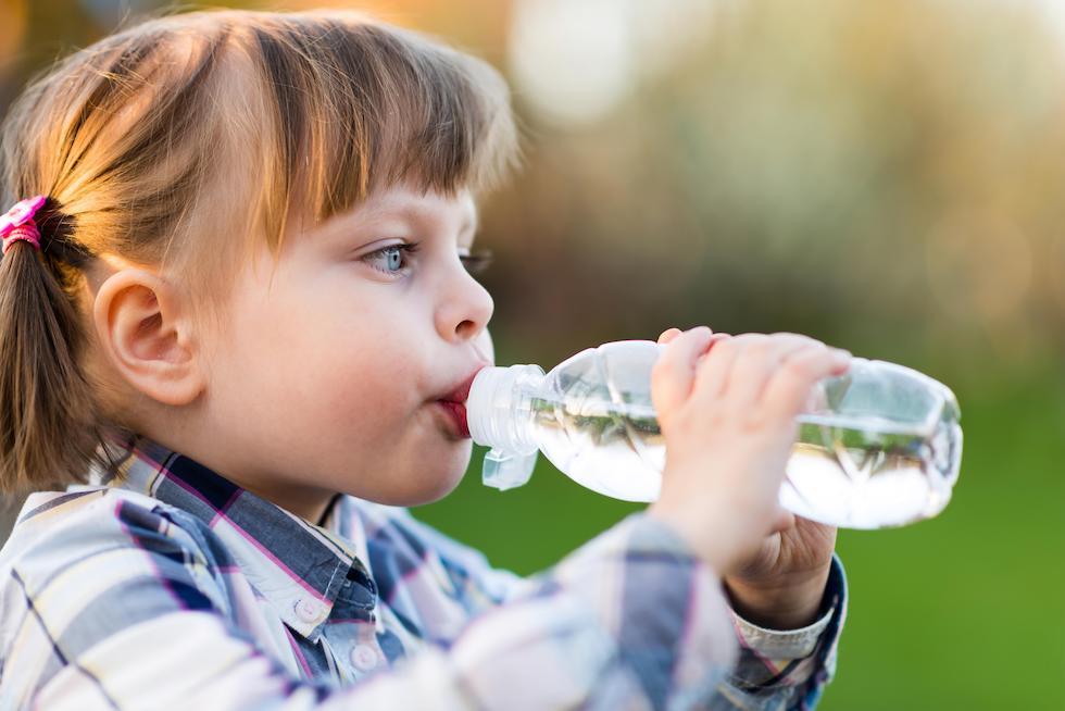 Hidratarea este foarte importanta pentru copii