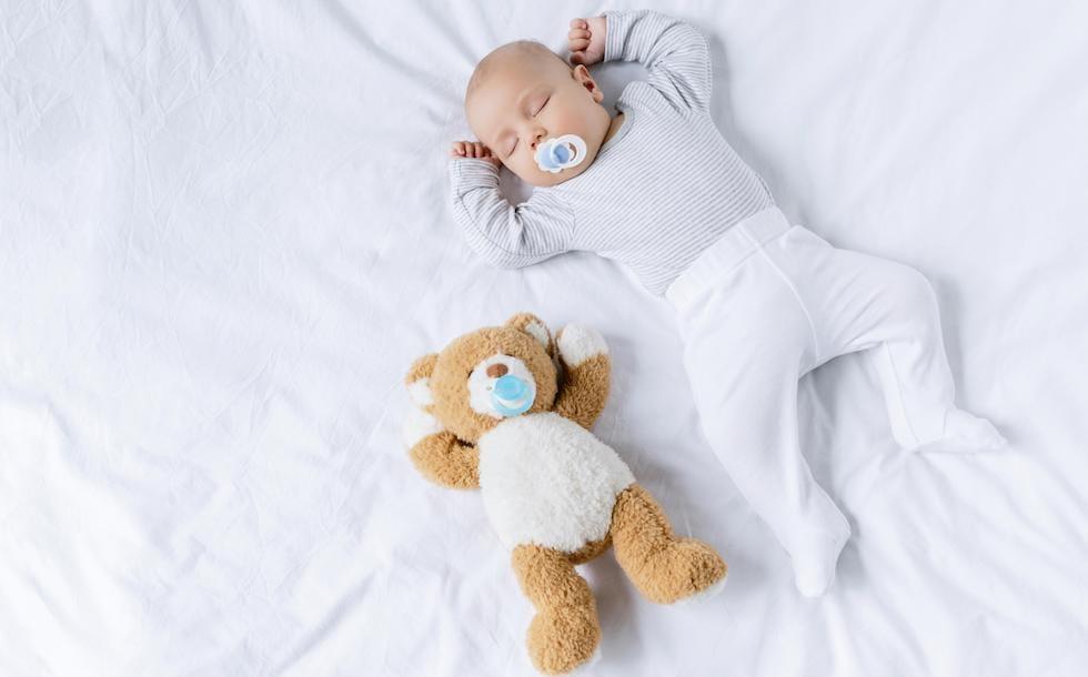 Bebe mic dormind cu ursuletul