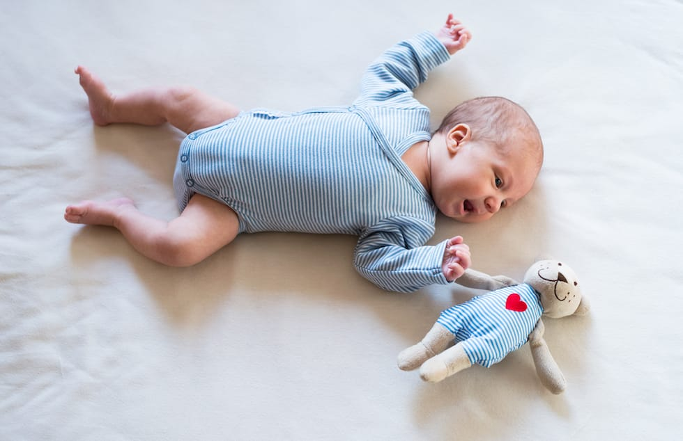 bebe mic stand pe spate