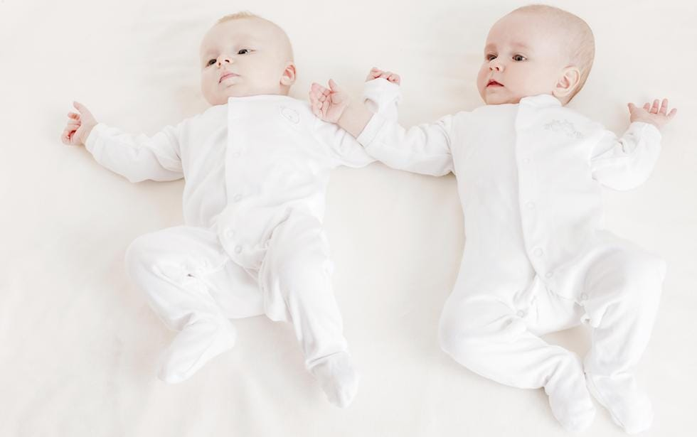 gemeni imbracati in alb