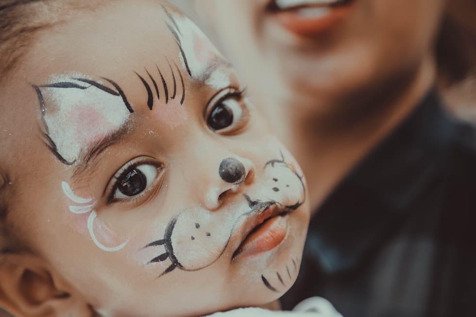 Fetita pictata pe fata 1