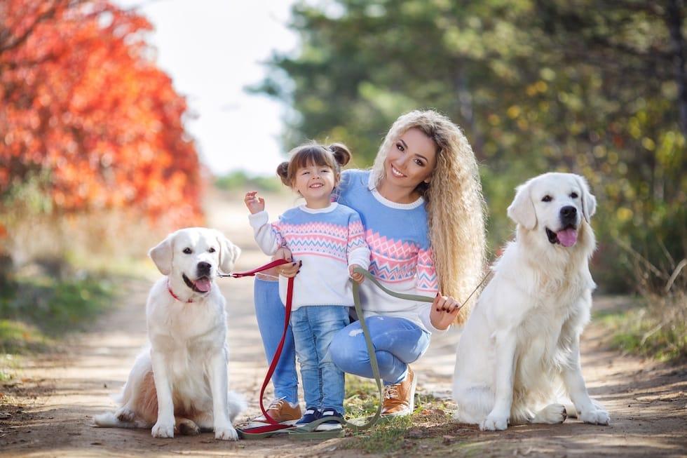 Mamica si fetita cu cateii la plimbare 1