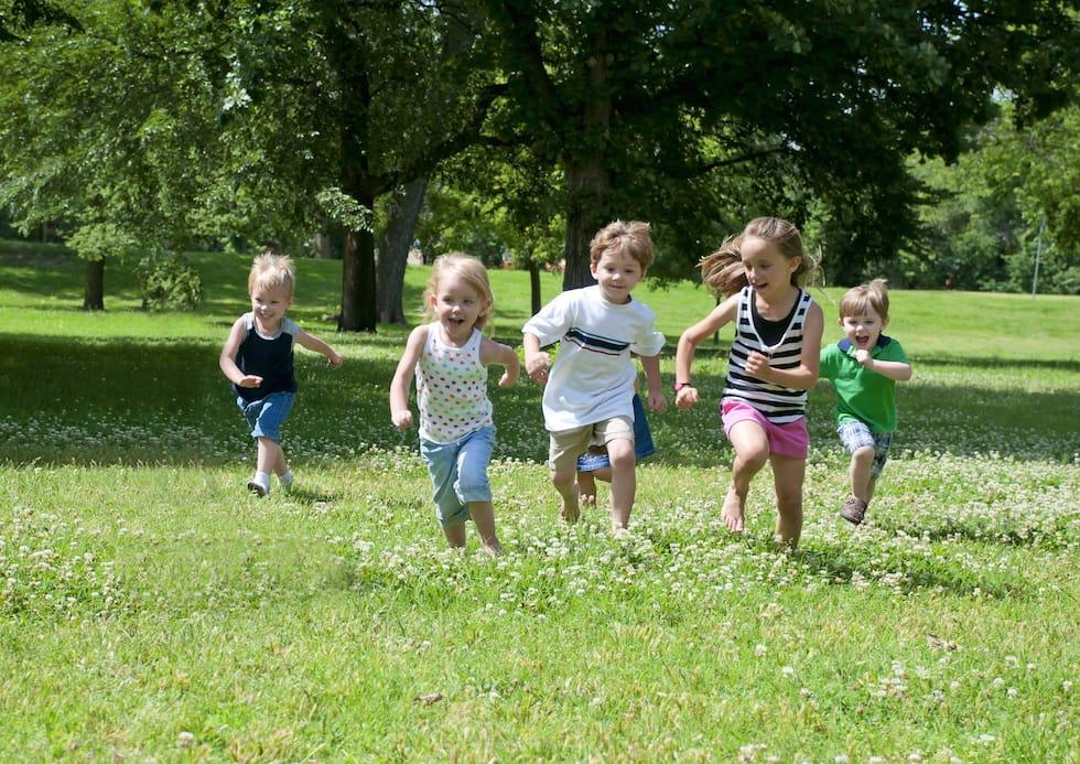 Copii alergand prin parc 1
