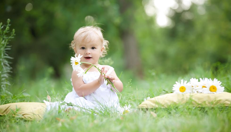 Fetita in iarba primavara