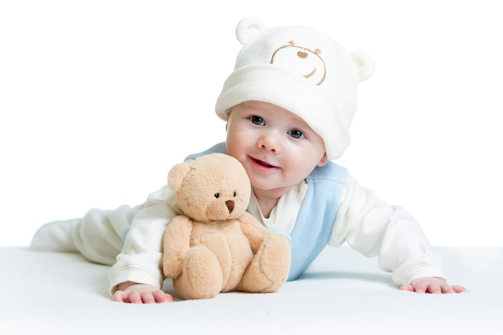 Bebe mic cu caciula pe cap