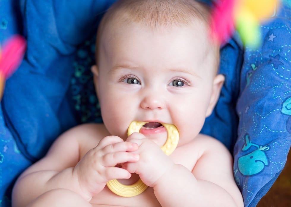 Bebelus cu jucaria in gura