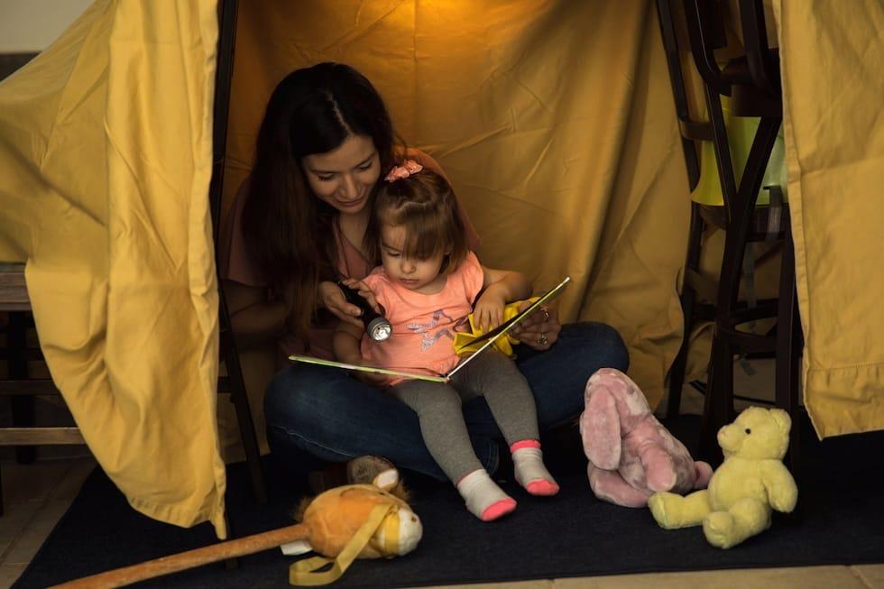 Mamica cu fetita citesc
