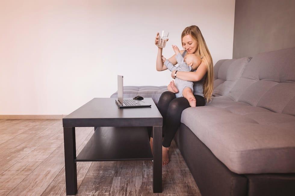 Bebe se intinde dupa pahar