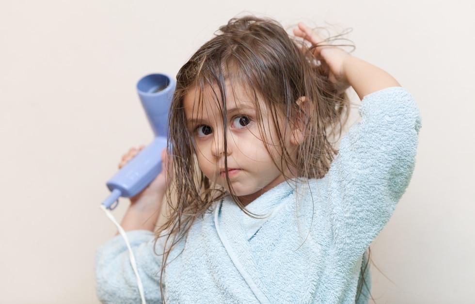 Fetita isi usuca parul in halat de baie de la liloo