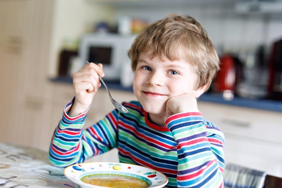 Baietel mancand supa