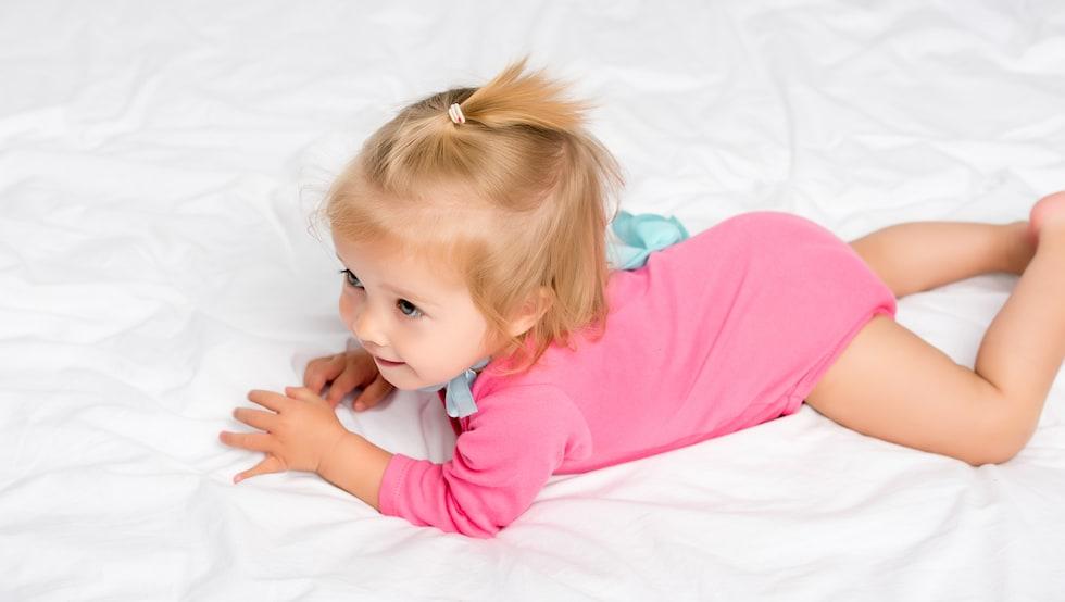 Fetita cu body maneca lunga roz
