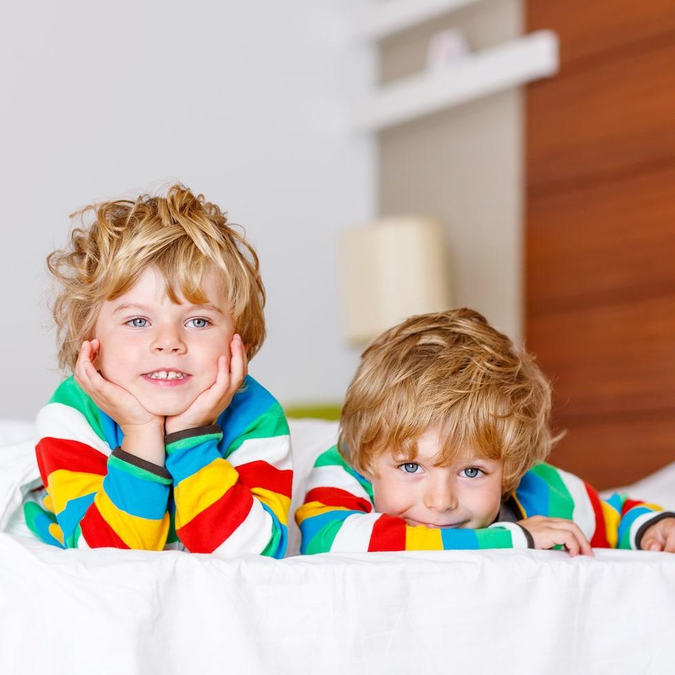 Frati imbracati in haine colorate