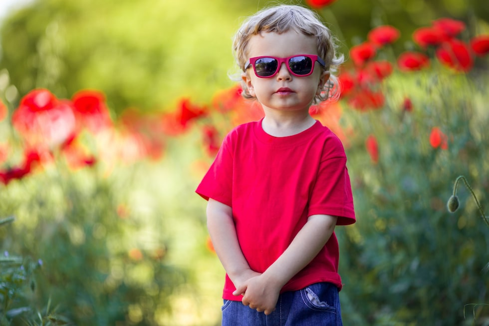 Baietel in tricou rosu