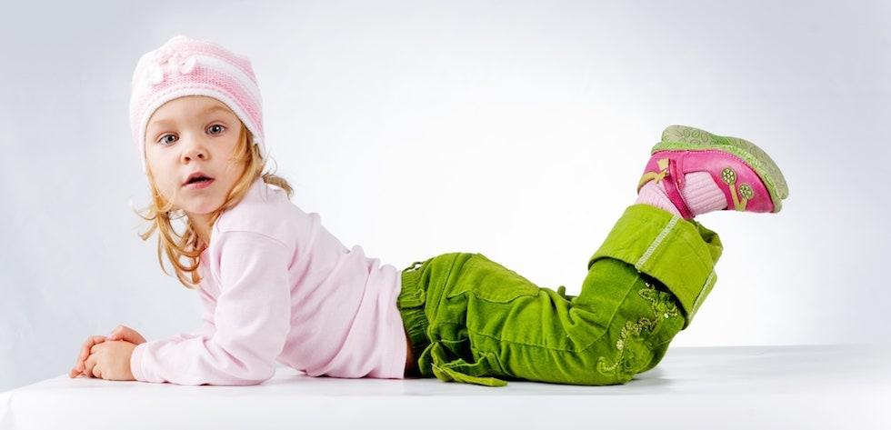 Fetita blonda in haine colorate
