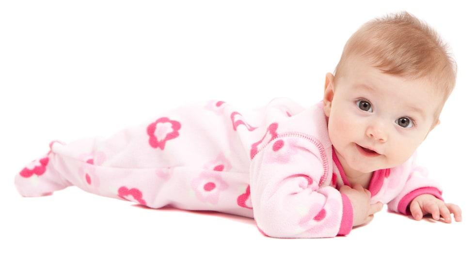 Fetita imbracata in salopeta roz